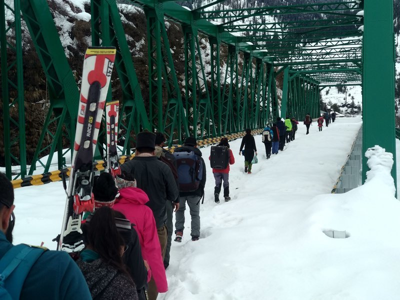 Returning to Manali by foot due to bad traffic on road because of snowfall